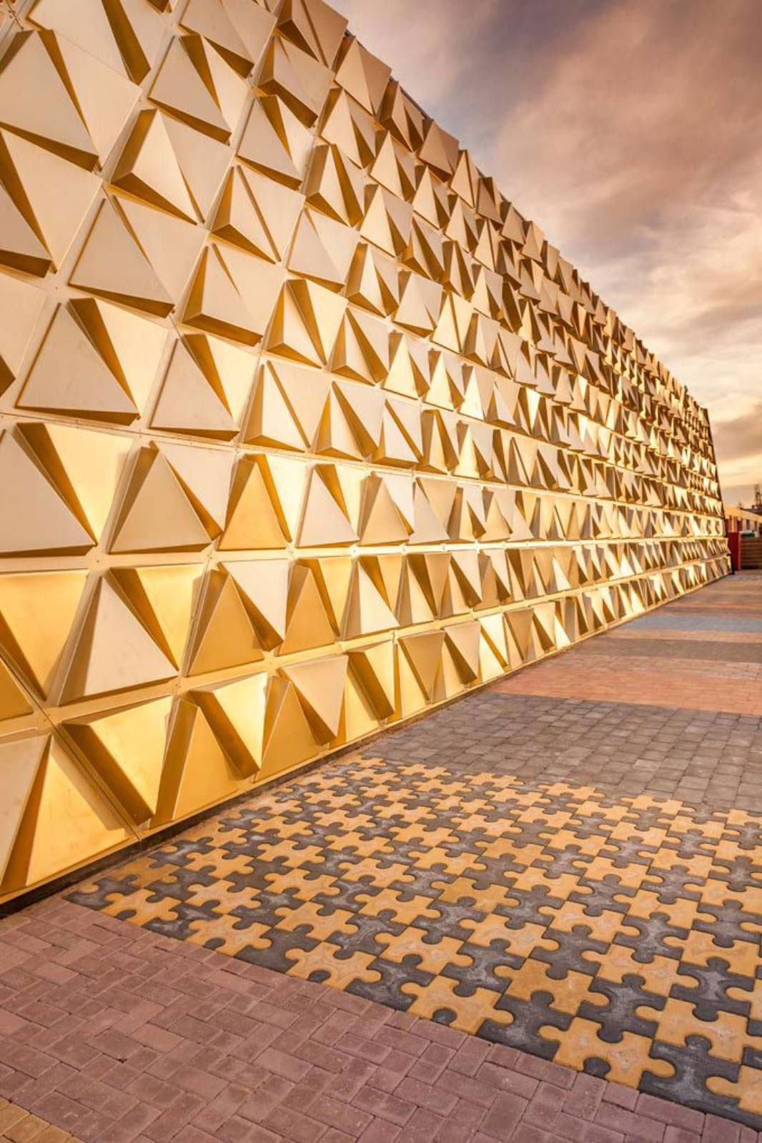 Striking golden facade uses 3d fabricated panels to mimic for Architect 3d gold
